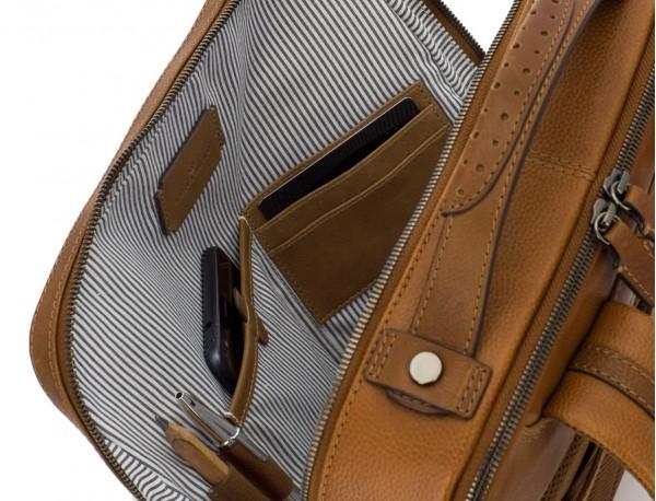 mochila vintage de piel para portátil marrón claro interior
