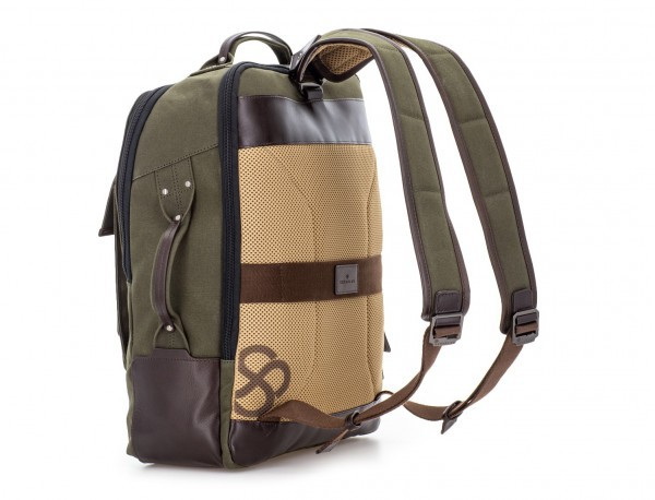 mochila de lona verde detrás