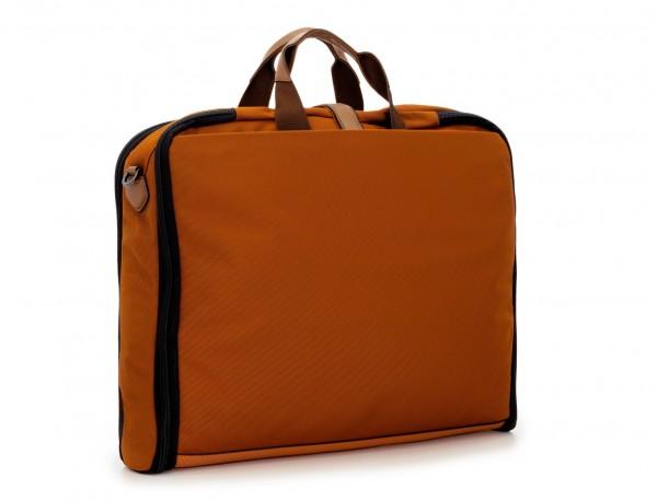 portatrajes para viajar de color naranja detrás