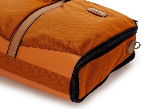 portatrajes para viajar de color naranja detalle material