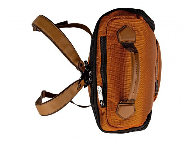 mochila de viaje color naranja arriba