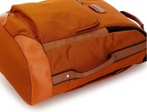 mochila de viaje color naranja detalle