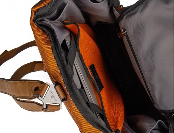mochila de viaje color naranja detalle ordenador portátil