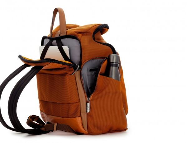 mochila de nylon y cuero en color naranja detrás