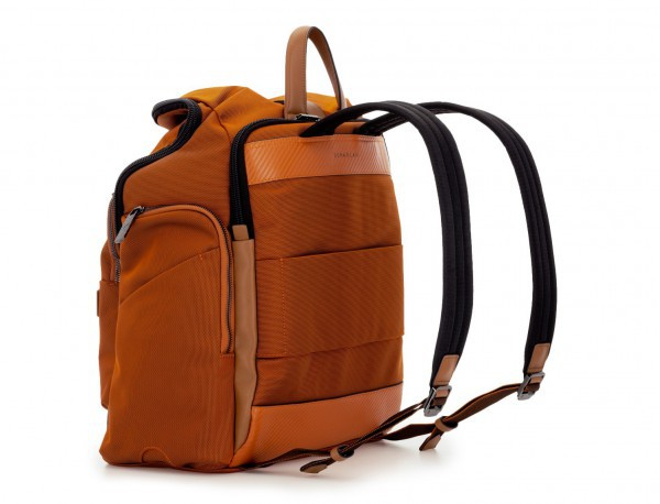 mochila de nylon y cuero en color naranja lateral