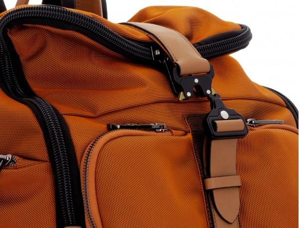 mochila de nylon y cuero en color naranja detalle cierre