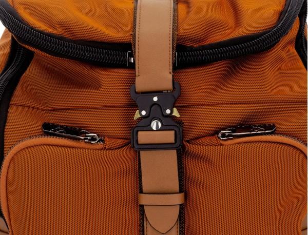mochila de nylon y cuero en color naranja detalle