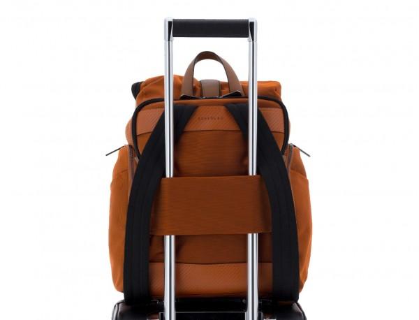 mochila de nylon y cuero en color naranja trolley