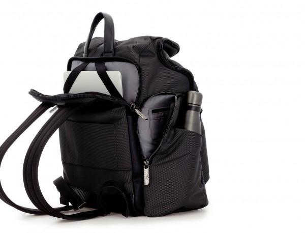mochila de nylon y cuero en color antracita negro detrás