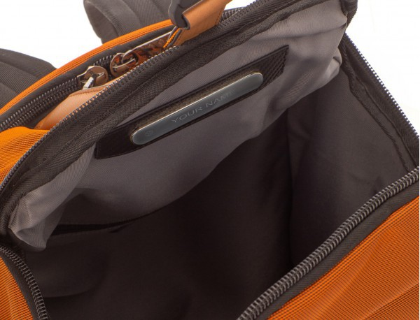 mochila de nylon y cuero en color antracita negro placa personalizada
