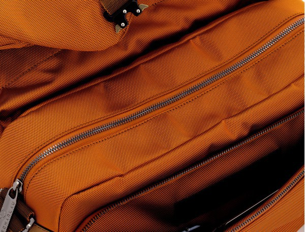 Bolso mensajero en color naranja detalle
