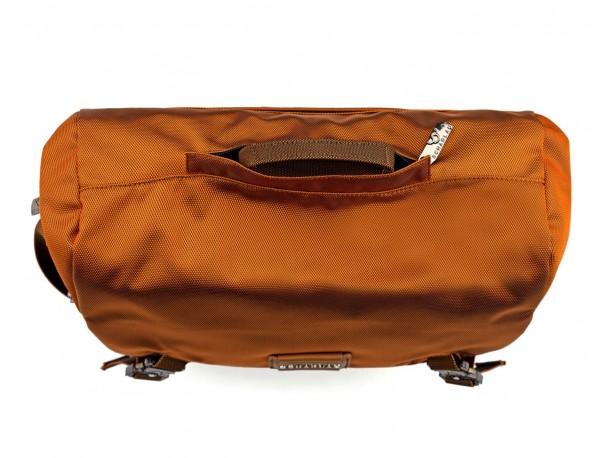 Bolso mensajero en color naranja detalle asa