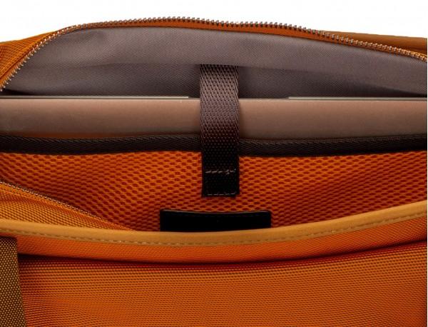 Bolso tote de mujer para ordenador portátil en color naranja detalle portátil