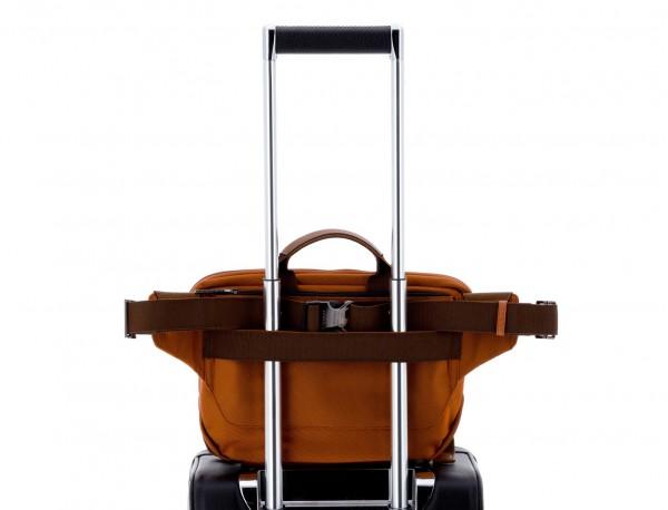 Riñonera grande de nylon en color naranja detrás