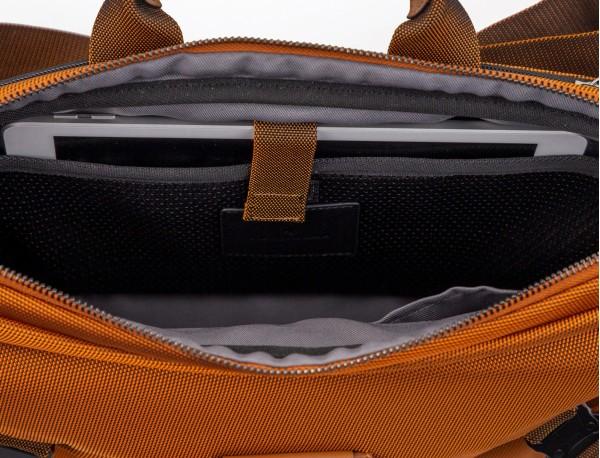 Riñonera grande de nylon en color naranja interior