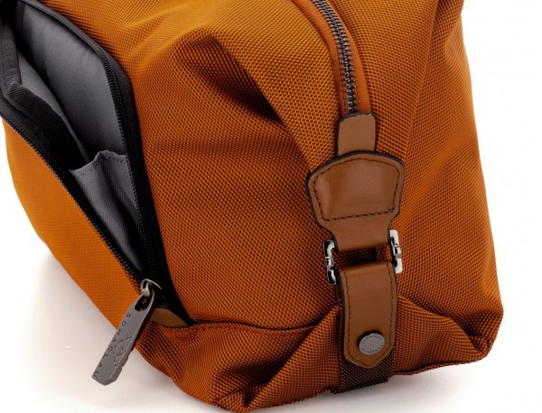 neceser de viaje en color naranja detalle