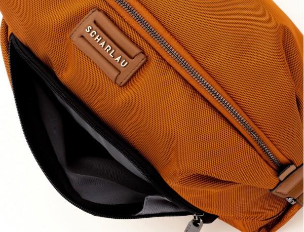 neceser de viaje en color naranja detalle cuero