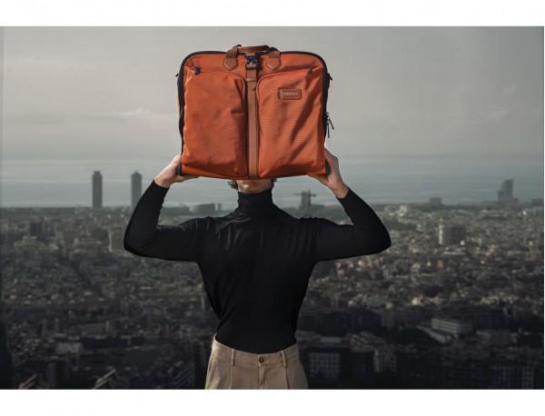 Porta abiti da viaggio in arancione lifestyle