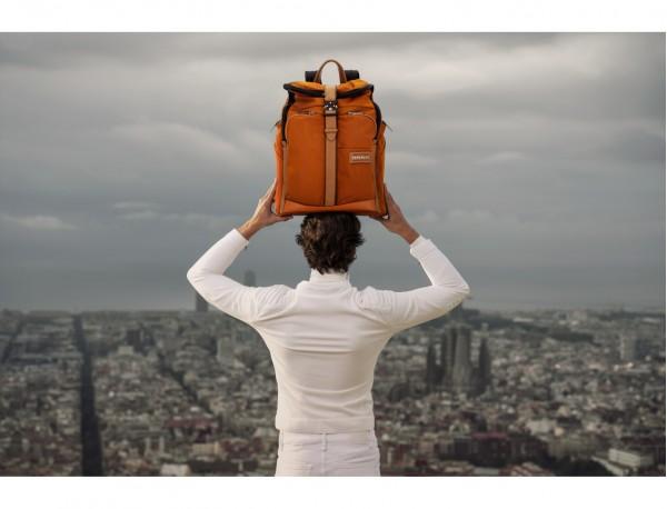 mochila de nylon y cuero en color naranja lifestyle