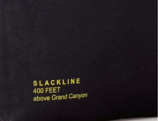 bolso bandolera de cuero negro grabado