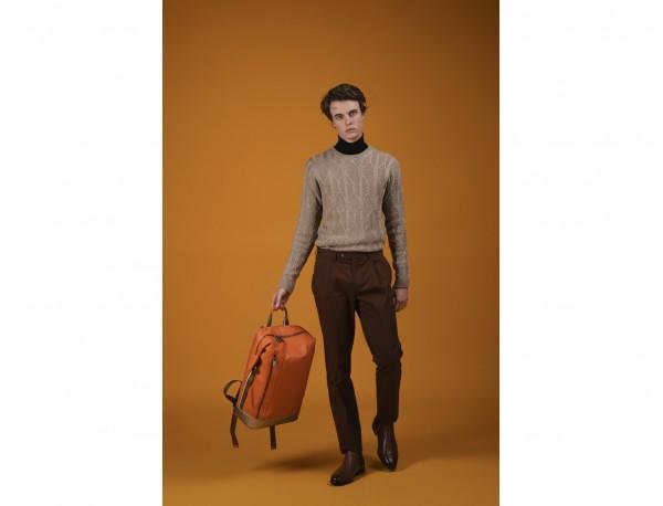mochila de cuero naranja modelo