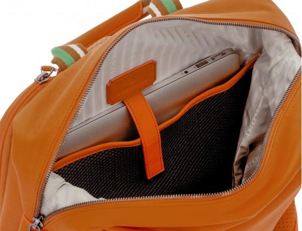 mochila de cuero naranja ordenador portatil
