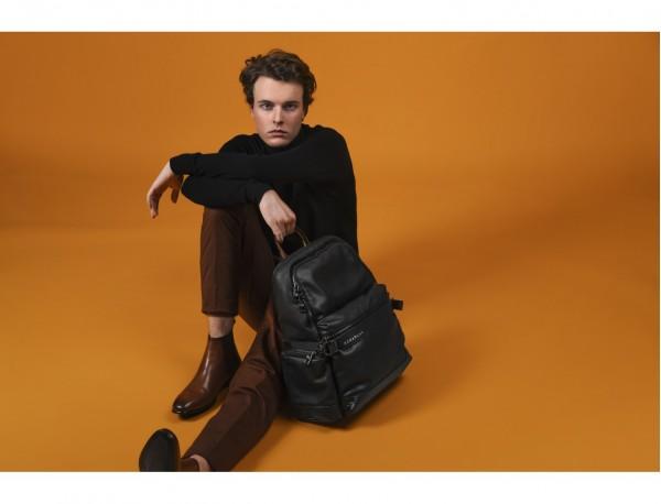 mochila de cuero para caballero negra modelo