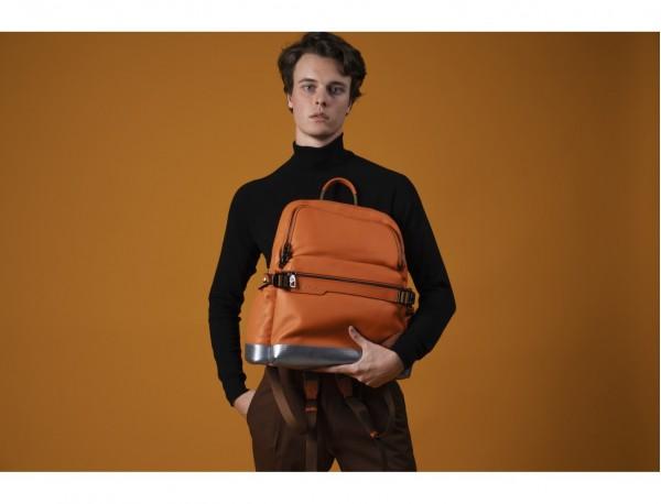 mochila de cuero para caballero naranja modelo