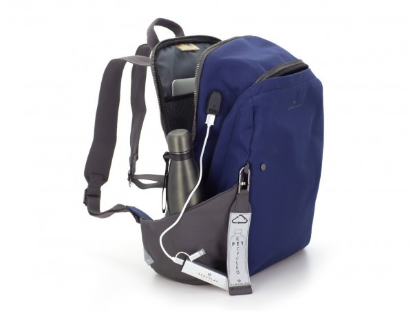 mochila de material reciclado azul lado