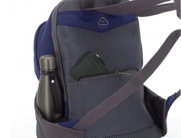 mochila de material reciclado azul detrás