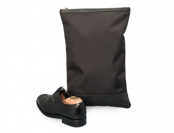 funda para zapatos negra detrás