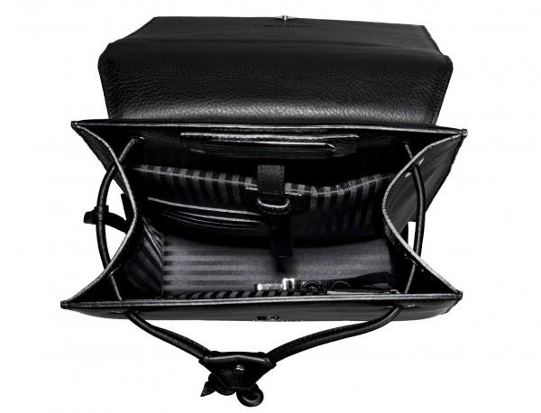 mochila negra de mujer interior