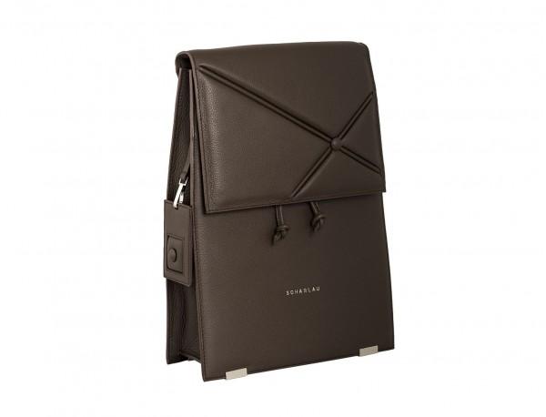 mochila marrón de mujer lateral