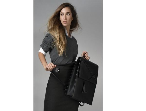 mochila marrón de mujer lifestyle