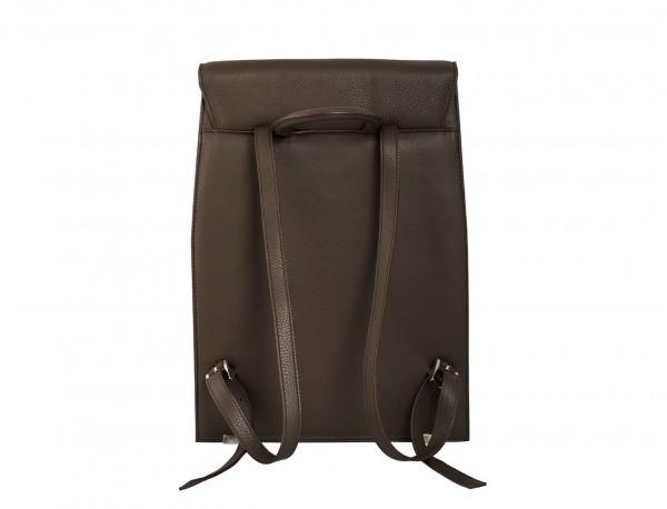 mochila marrón de mujer detrás