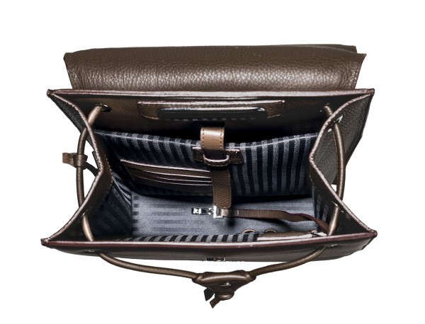 mochila marrón de mujer interior