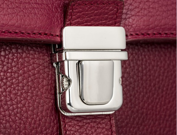 maletín con solapa de piel burdeos cierre