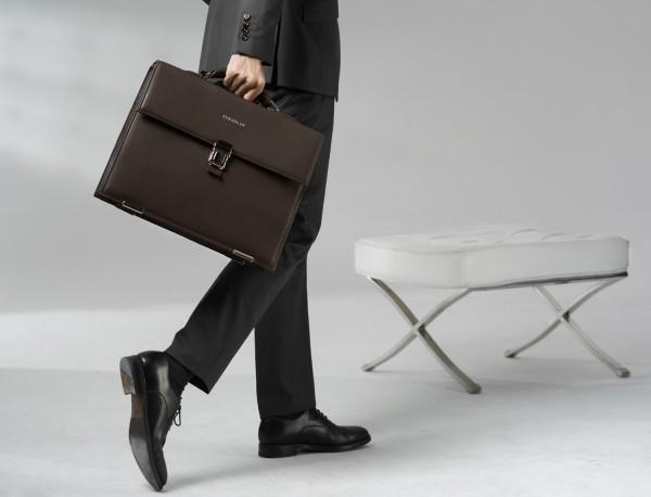 maletín con solapa de piel marrón lifestyle
