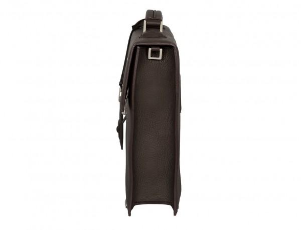 maletín con solapa de piel marrón lado