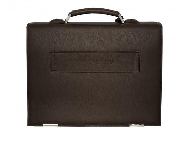 maletín con solapa de piel marrón detrás