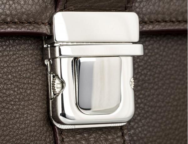 maletín con solapa de piel marrón cierre