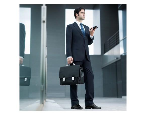 valigetta con patta in pelle nera per uomo lifestyle