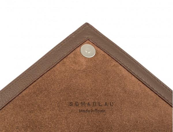 portadocumentos de piel marrón detalle
