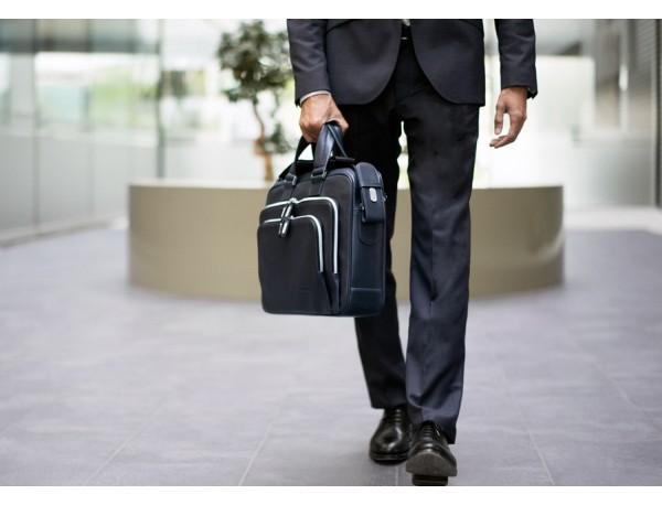 maletín ejecutivo de cuero en color todo negro azul lifestyle
